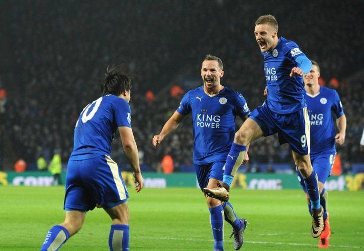 Leicester está a siete jornadas de obtener el primer título en 132 años de historia. (Imágenes de AP)