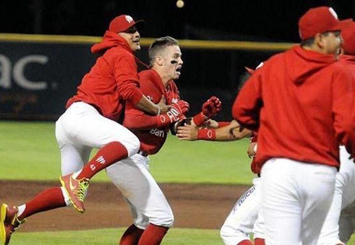 Diablos Rojos celebra su victoria al dejar en el campo a Leones en la novena entrada. (Milenio Novedades)