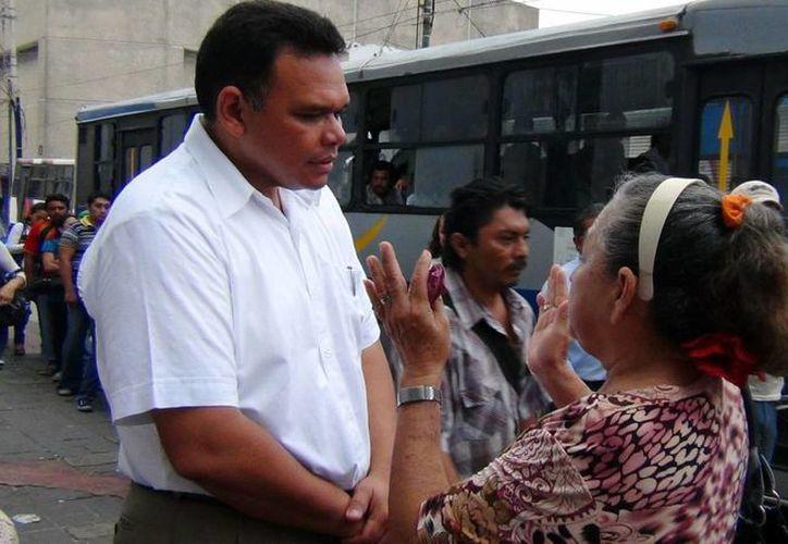 Durante más de una hora, Zapata Bello escuchó a los usuarios del transporte público. (SIPSE)