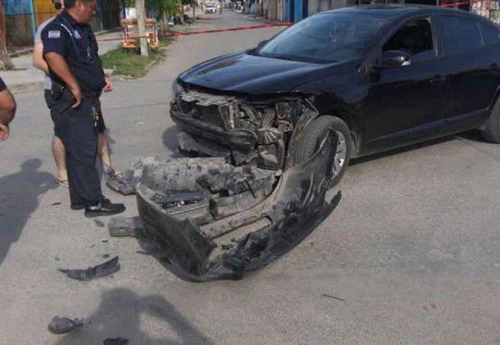 """El vehículo contra el que impacto el suyo Cristián """"N"""", resulto más afectado al desprenderse toda la facia delantera. (Javier Ortiz/SIPSE)"""