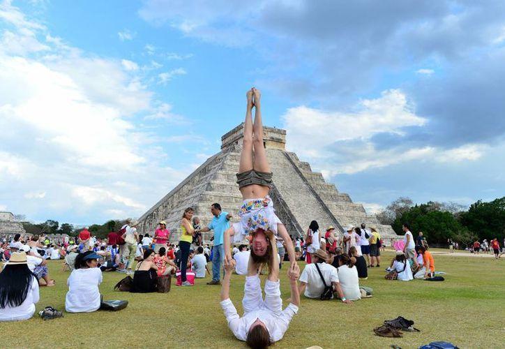 Paseantes de diferentes partes del mundo acudieron a Chichén Itzá para recibir la primevera llenos de energía. (Luis Pérez/SIPSE)