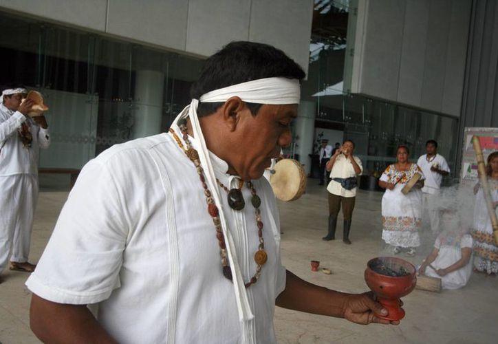 El sacerdote maya Edgar Francisco Peraza Chan durante la ceremonia para pedir permiso a la madre naturaleza, antes del inicio del FICMaya. (SIPSE)