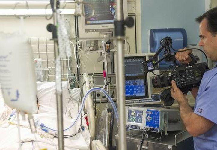 El doctor Angelo Volandes prepara videos que enseñan a médicos, pacientes y sus familiares cómo tener conversaciones francas sobre las opciones que hay cuando una persona se acerca al final de sus días.  (Agencias)