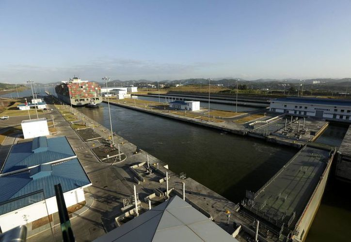 Un carguero de Neo-Panamax es guiado por las esclusas del Cocolí, dentro del nuevo proyecto de expansión en Cocolí, Panamá. (Fotos: AP/Arnulfo Franco)