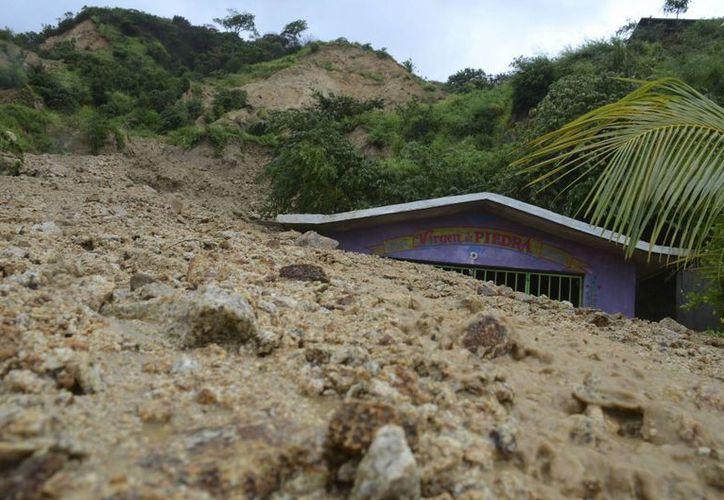 Pequeña capilla 'devorada' por el agua desbordada en Acapulco. (Agencias)