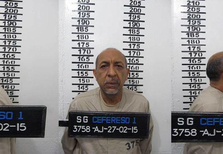 La Tuta', Servando Gómez Martínez, estaba acostado, en ropa interior, este viernes, cuando fue rodeado por las autoridades después de las tres de la mañana. (1aplana.mx)