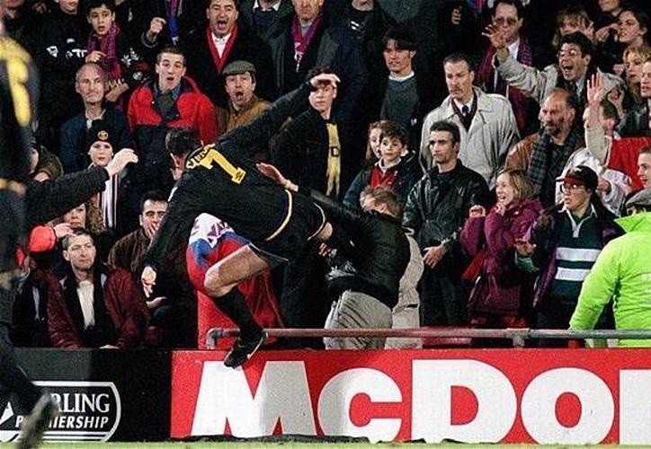Cantona se hizo famoso mundialmente al lanzar una patada voladora contra un aficionado en 1995.(deportizate.com)