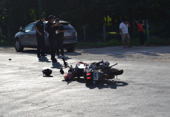 La motocicleta quedó en el piso mientras el conductor fue trasladado al Seguro Social para su atención médica. (Redacción/SIPSE)