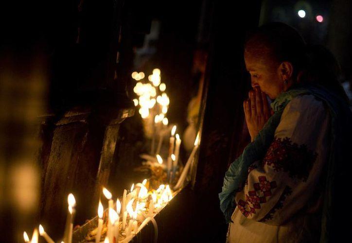 Un peregrino cristiano ora en el sitio donde la tradición cristiana sitúa el sepulcro donde fue depositado el cuerpo de Jesucristo. (AP)