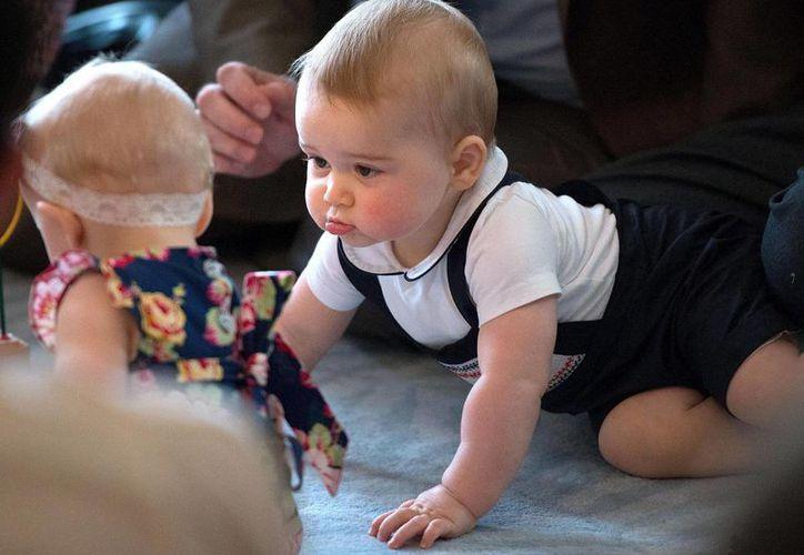 El príncipe Guillermo y su esposa Kate tomaron medidas legales para solicitar que un fotógrafo deje de acosar y seguir al príncipe Jorge (foto) como a su niñera. (AP)