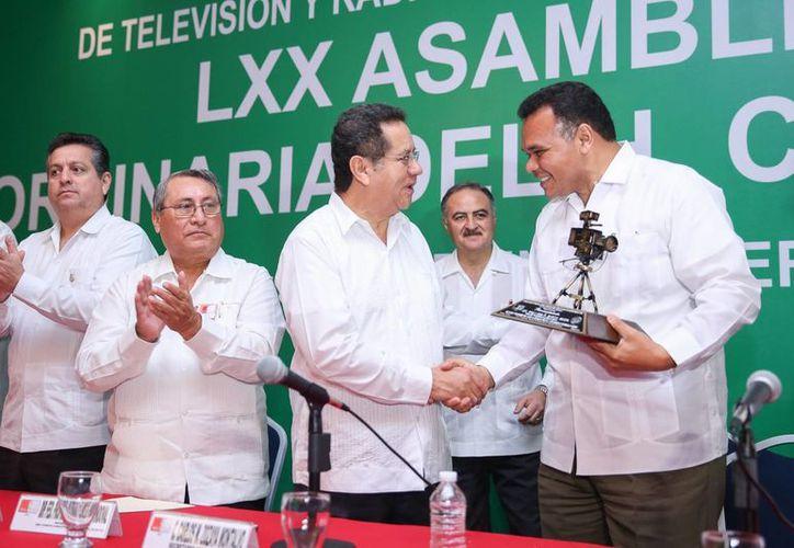 El secretario General del Comité Ejecutivo Nacional del Sitatyr, Patricio Flores Sandoval, entrega un reconocimiento al gobernador Rolando Zapata Bello. (SIPSE)