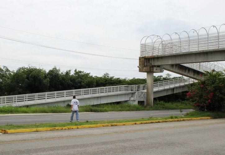 Hay quienes arriesgan su vida por no utilizar el puente. (Juan Cano/SIPSE)