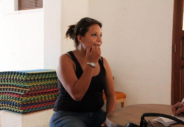 Anahí Alonzo, directora de la puesta en escena, al ser entrevista. (José Acosta/SIPSE)