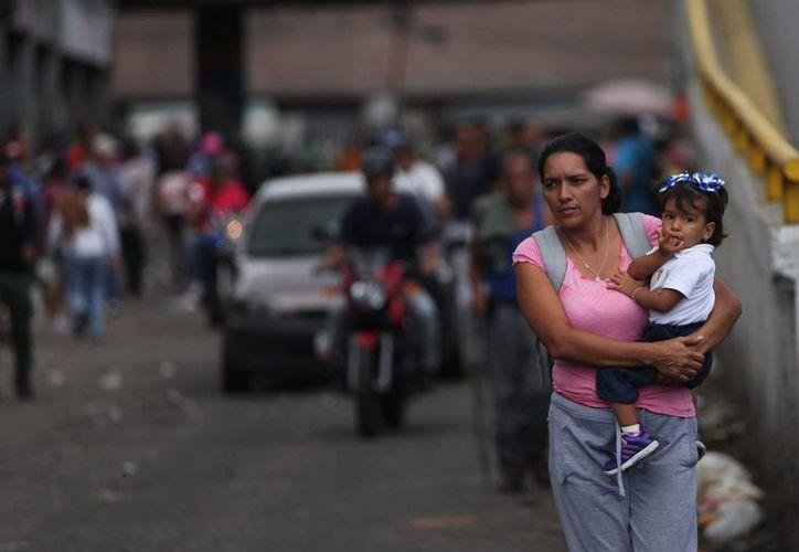 La crisis de alimentos en Venezuela se acentúa con el paso de los días: se intensifican los saqueos y movilizaciones en Caracas y otras partes del país. (AP)
