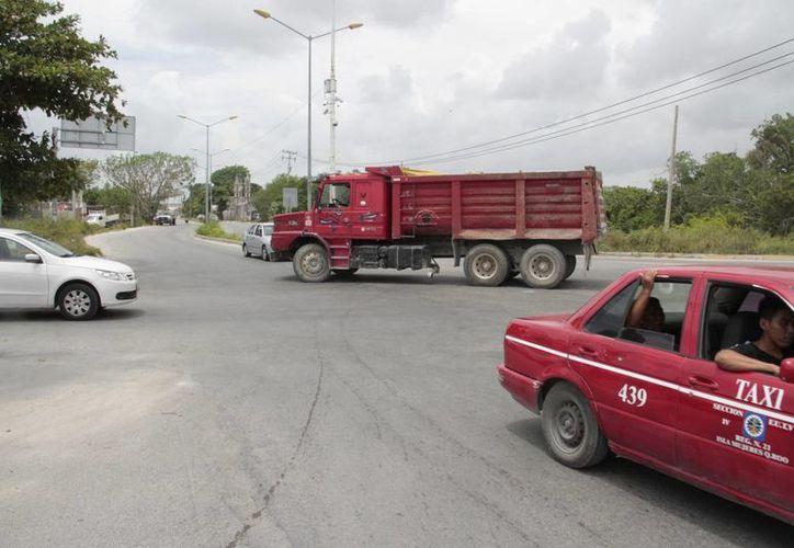 Estas barreras servirán para evitar accidentes vehiculares en las glorietas y curvas que se encuentran en los alrededores de cenotes. (Tomás Álvarez/SIPSE)