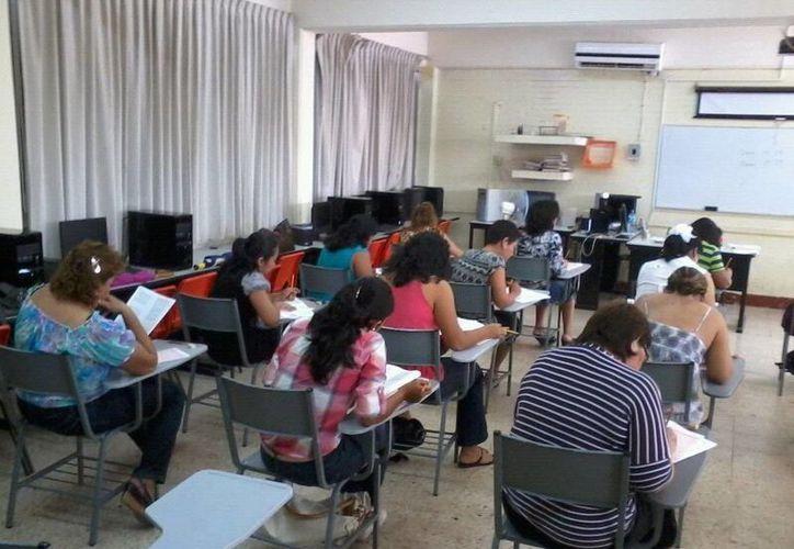 Los lugares de los docentes fueron ocupados por maestros óptimos de secundaria. (Redacción/SIPSE)