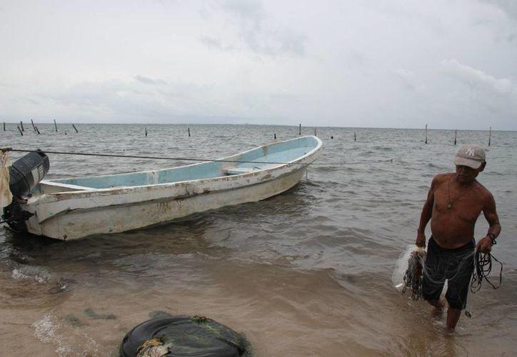 Las lluvias intermitentes de ayer provocaron que el puerto fuera cerrado a la navegación. (Consuelo Javier/SIPSE)