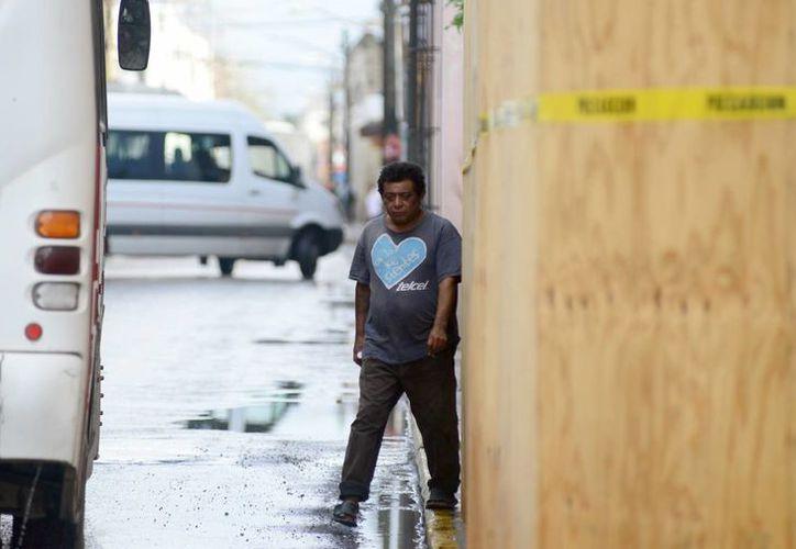 Los peatones corren el riesgo de ser atropellados, debido las maderas que cubren a los predios abarcan toda la acera. (Milenio Novedades)