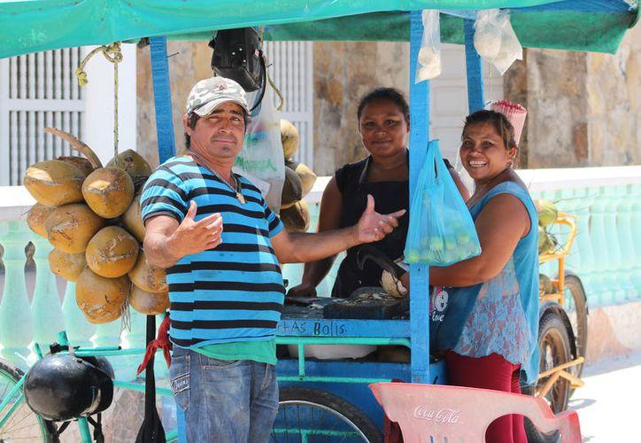 De nueva cuenta, el calor será un buen pretexto para visitar la playa. Este sábado, se espera una máxima de 36 grados Celsius. La imagen, de un vendedor de cocos, es de Progreso, Yucatán. (Gerardo Keb/SIPSE)