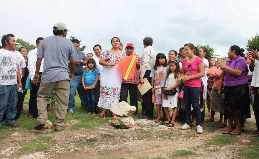 La alcaldesa Flor Acosta dio el banderazo a la construcción de la cancha. (SIPSE)
