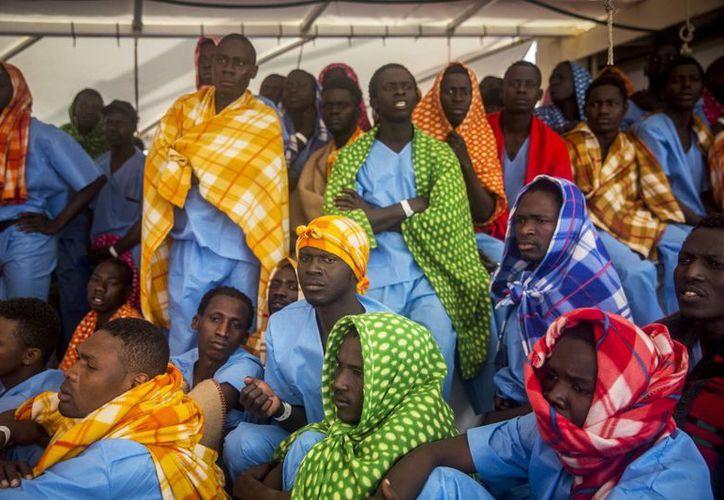 Imagen de varios refugiados y migrantes a bordo del Golfo Azurro de la ONG española Proactiva Open Arms, tras ser rescatados de un barco fuera de control a 25 millas al norte de Sabratha, frente a la costa libia. (Foto AP / Santi Palacios)