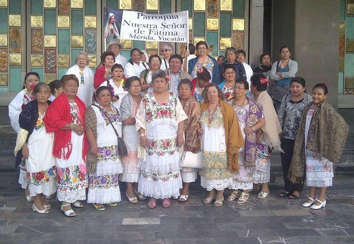 Grupo de feligreses portando el traje regional, a las puertas de la Basílica. (Milenio Novedades)