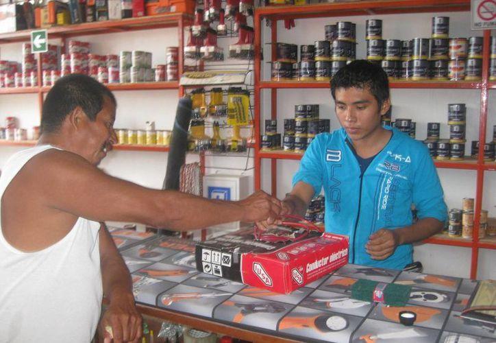 Visitaron inspectores tiendas de abarrotes y ferreterías. (Javier Ortiz/SIPSE)