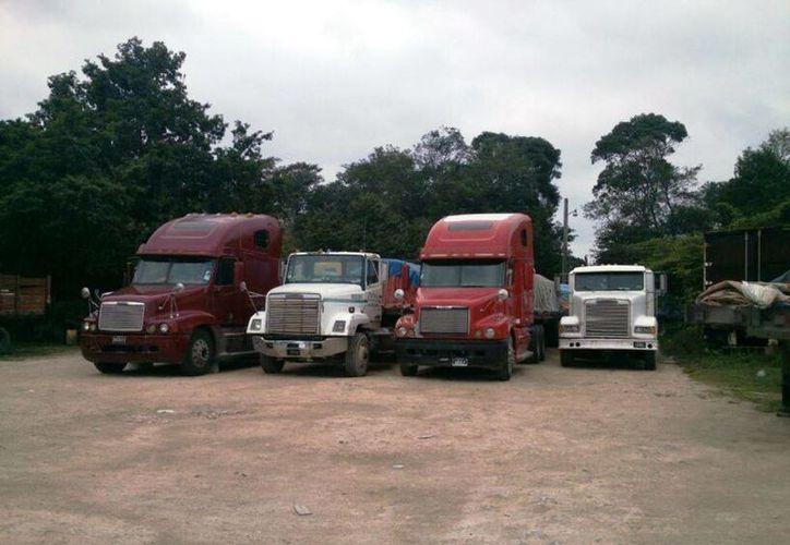 Cerca de 30 camiones y tráileres cargados con diferentes productos que están esperando. (Edgardo Rodríguez/SIPSE)