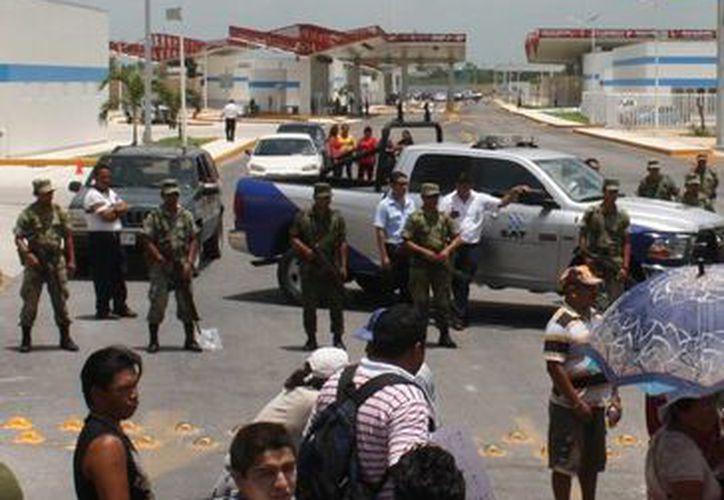 El pasado lunes un grupo de 200 habitantes de Subteniente López se manifestaron en la entrada del nuevo recinto fiscal. (Harold Alcocer/SIPSE)