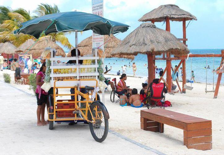 Los ambulantes que no cuentan con su permiso son retirados y multados, y el producto decomisado. (Tomás Álvarez/SIPSE)