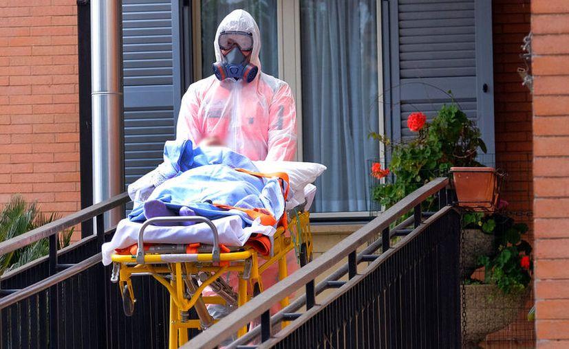 Los ancianos de la casa de retiro Giovanni XIII afectados por el coronavirus, están siendo evacuados al hospital, en Roma. (Mauro Scrobogna / LaPresse a través de AP)