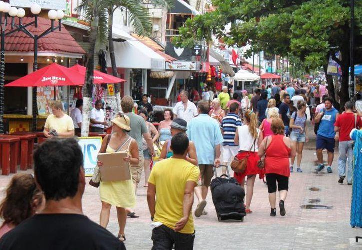 La Quinta Avenida estuvo muy concurrida durante este fin de semana, sin embargo esta afluencia no se tradujo en un aumento en las ventas de los comercios y restaurantes.  (Daniel Pacheco/SIPSE)