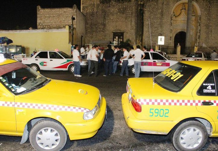 'Si va a correr sangre, va a correr', dijo el dirigente taxista Ramón Pat en referencia a que los agremiados ya están cansados de que la empresa Uber no se regularice ante la autoridad de transporte. (Fotos: Pallota/SIPSE)