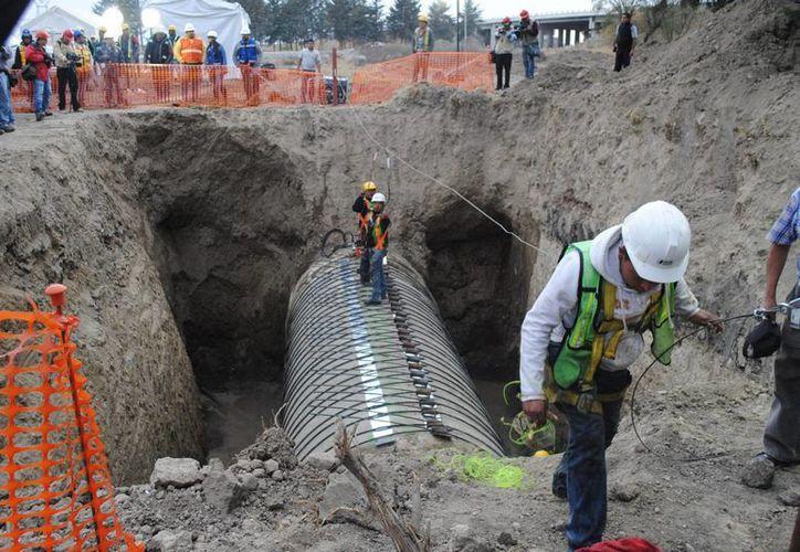 Debido a trabajos de mantenimiento, habitantes de la Ciudad de México y el área metropolitana tuvieron que conformarse con agua de pipas este fin de semana. (Notimex)