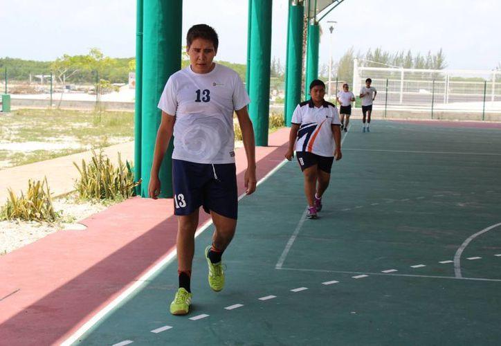 Los jóvenes entrenan en el domo del Centro de Alto Rendimiento de Cancún. (Ángel Mazariego/SIPSE)