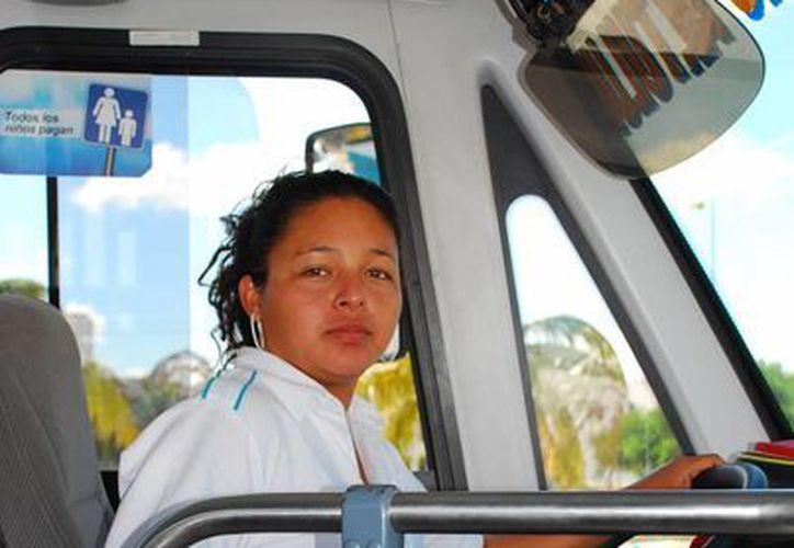 En Cancún hay 25 operadoras de autobuses colectivos. (Tomás Álvarez/SIPSE)