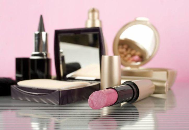 Aunque en menos cantidad también compran perfumes, cosméticos y bolsas para regalar a las mamás. (Foto de Contexto/Internet)