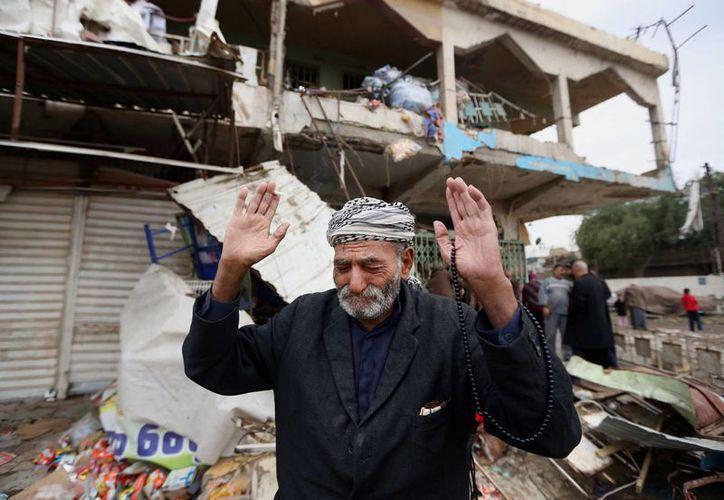 Un hombre iraquí llora en el lugar donde explotó un coche bomba, en el barrio Shaab de Bagdad, Irak. (Agencias)