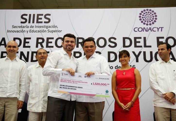 Este lunes el Gobernador de Yucatán entregó recursos a 13 proyectos seleccionados de la convocatoria del Fondey 2015. (Foto cortesía del Gobierno estatal)