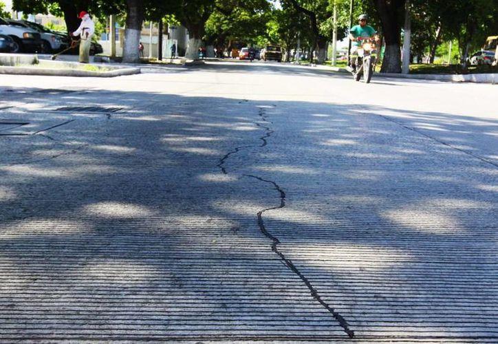 Grietas en la calle 60 Norte, recién repavimentada con concreto hidráulico. (SIPSE)