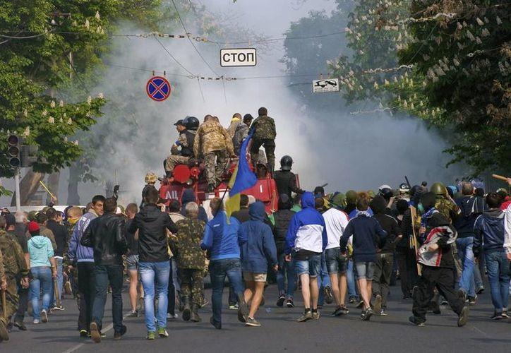 Los partidarios de una Ucrania unida antes de su enfrentamiento con manifestantes prorrusos en la ciudad de Odessa Ucrania. (EFE)