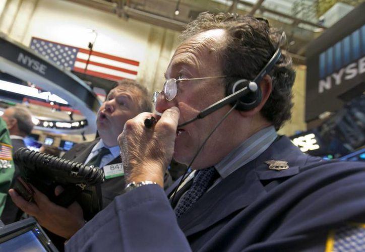 Imagen de uno de los corredores que trabaja en la Bolsa de Valores de Nueva York. (Agencias)
