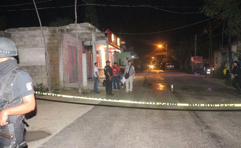 Al lugar arribó policía municipal, ministerial y pericial, así como paramédicos para atender al lesionado. (Redacción/SIPSE)