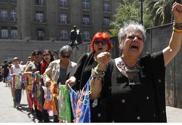 Nieves Ayress (primera en la fila), una de las mujeres que denunciaron vejaciones del Ejército, exigió al gobierno chileno aceptar las torturas en contra de las presas políticas. (twitter.com/villa_grimaldi)