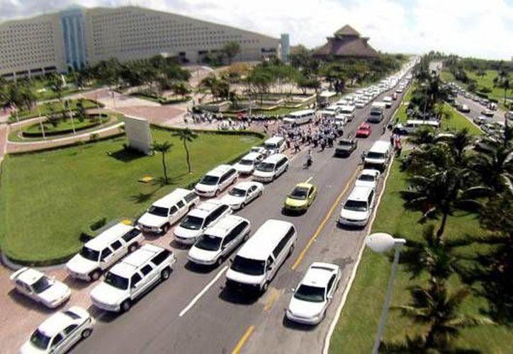 El tráfico en el bulevar Kukulcán incrementa durante los períodos vacacionales. (Contexto/Internet)