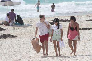 Crean conciencia en jóvenes limpiando playas