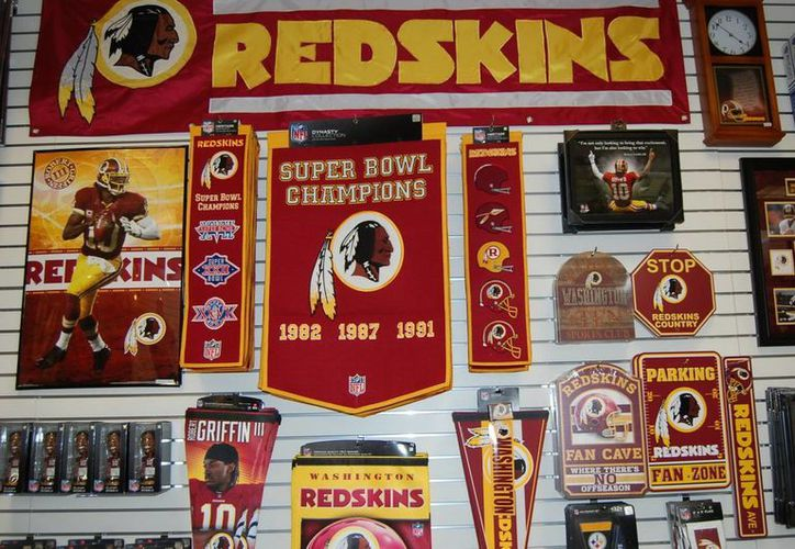 """Banderas y detalles con el nombre y la mascota del equipo de fútbol americano """"Redskins"""" (Pieles Rojas) de Washington. EFE"""