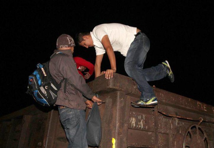 El Ferrocarril Chiapas Mayab, comúnmente conocido como La Bestia, ha sido escenario de numerosos delitos y crímenes. En cada recorrido unos 120 centroamericanos se suben a dicho transporte. (Notimex)