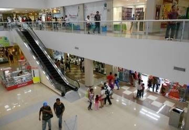 Los visitantes acuden a las tiendas departamentales en estas vacaciones. (Archivo/SIPSE)