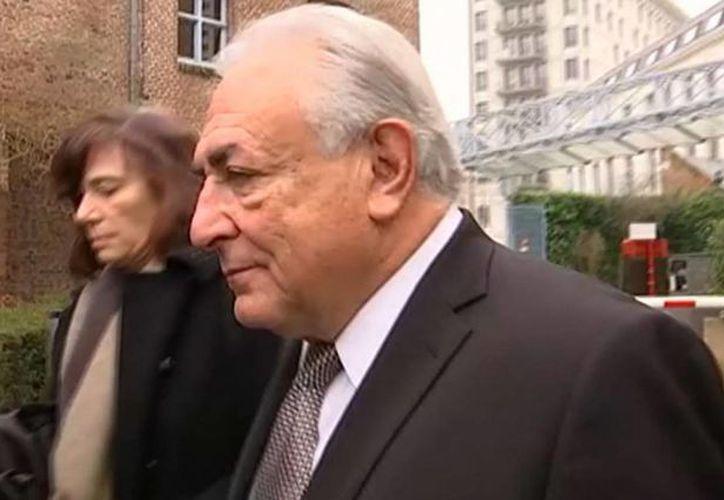 El exjefe del Fondo Monetario Internacional (FMI), Dominique Strauss-Kahn al salir de un tribunal en Lille, Francia. (Agencias)